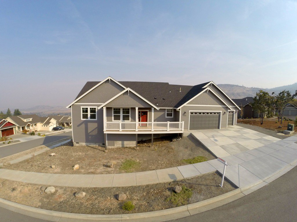 Gorgeous brand new custom #home in Medford, Oregon with breathtaking panoramic views of the city below.  Watch our video here: https://t.co/FKyNDi7tf1 Learn More here: https://t.co/m6LhneOrq2