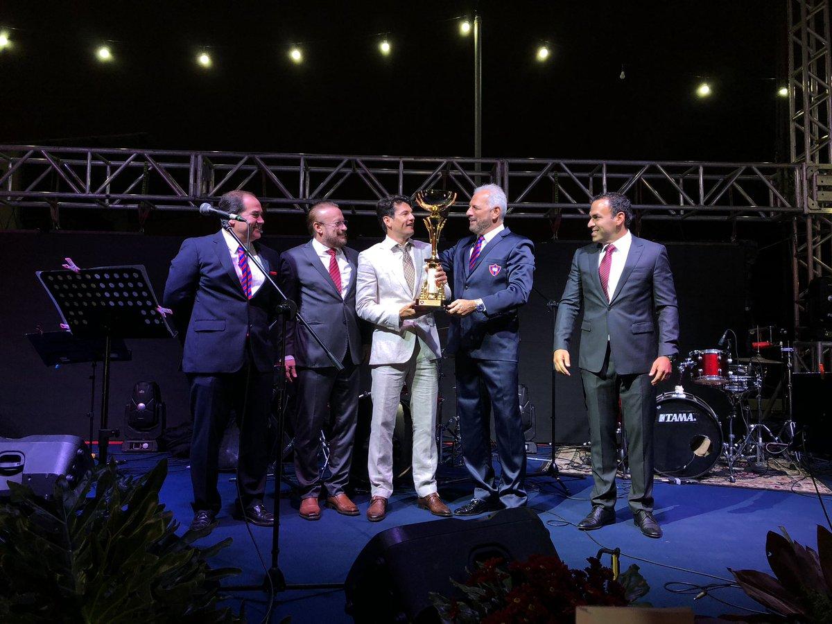Nuestro León @Haedo18Valdez9 recibe el premio Dr. Oscar Pinho al Atleta de Fútbol de primera división  🏆  #FiestaAzulgrana #106AñosDelMásPopular 🔵🔴