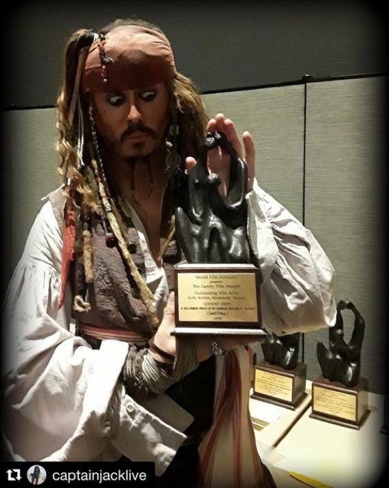 CONGRATS TO EVERYONE'S FAVORITE PIRATE & CAPTAIN TO EVER SAIL THE SEAS.... THANK YOU @captainjacklive for sharing & accepting for our Captain.  #JohnnyDepp #familyfilmawards #outstandingactorpic.twitter.com/P6Zm2qCOOo