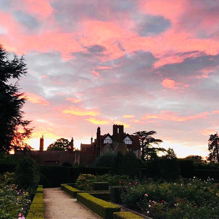 Super #sunset over Loseley House yesterday! #skyatnight #weddingvenue #eventsvenue #historic #hiddengem