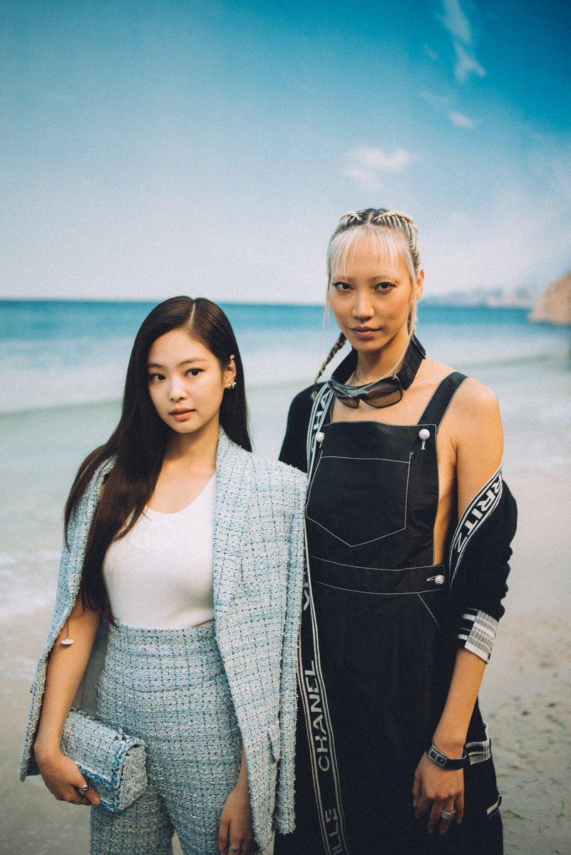 Jennie Kim and @soojoo Park in an idyllic sandy setting at the #CHANELSpringSummer 2019 show in Paris. #CHANELByTheSea #PFW #JennieKim