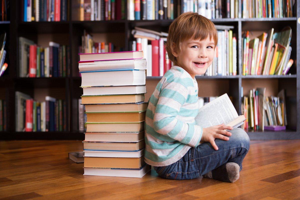 Дети рассматривают книги картинки газеты