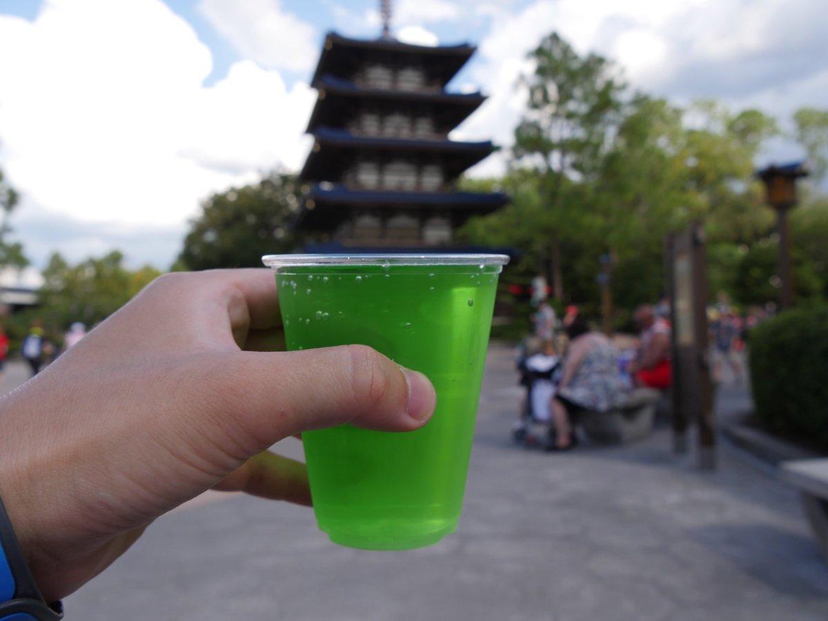 日本酒に富士リンゴとグリーンアップルシロップをブレンドした日本館のカクテルがマジウマだったことを報告するので日本館立ち寄ったら飲んでいただきたい。 こんな並々注いでくれるよw https://t.co/gd1ngWguln