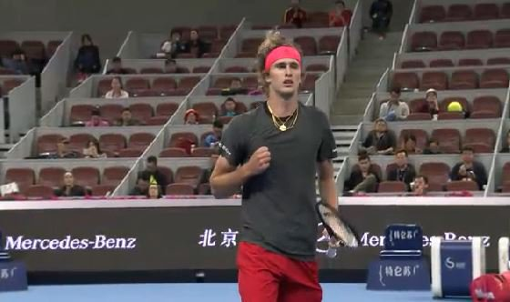 Small margins but the first set goes to #Zverev who serves it out 6-4!