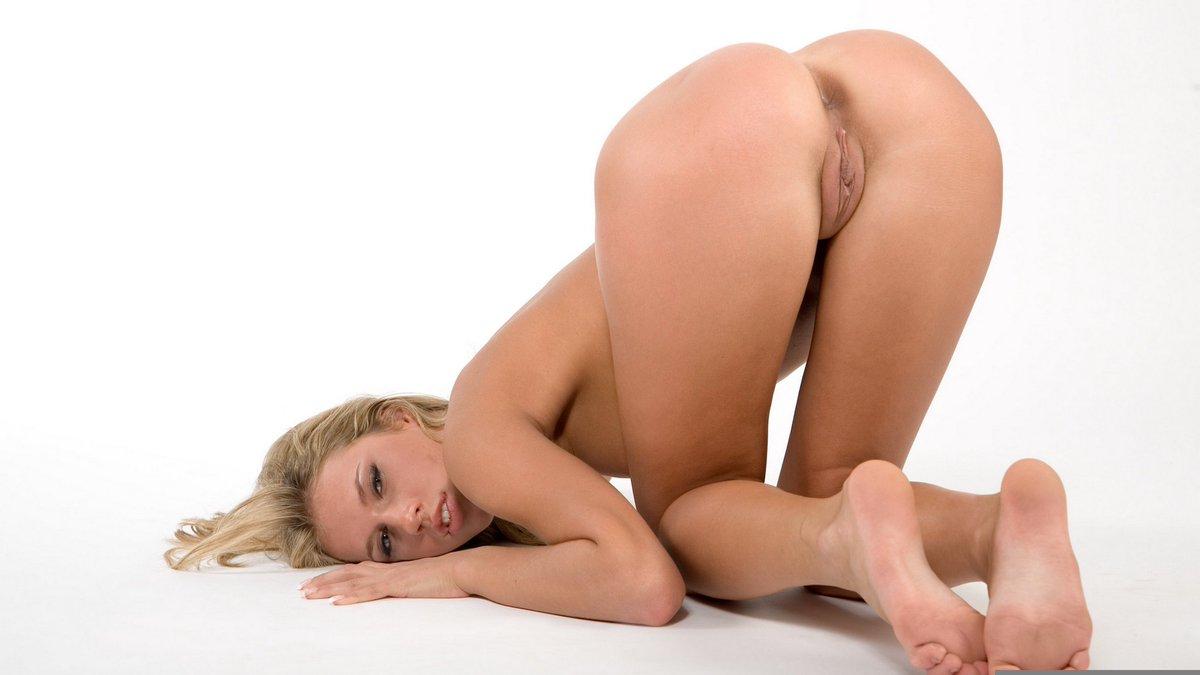 женщина позирует своей попой крутые засветы
