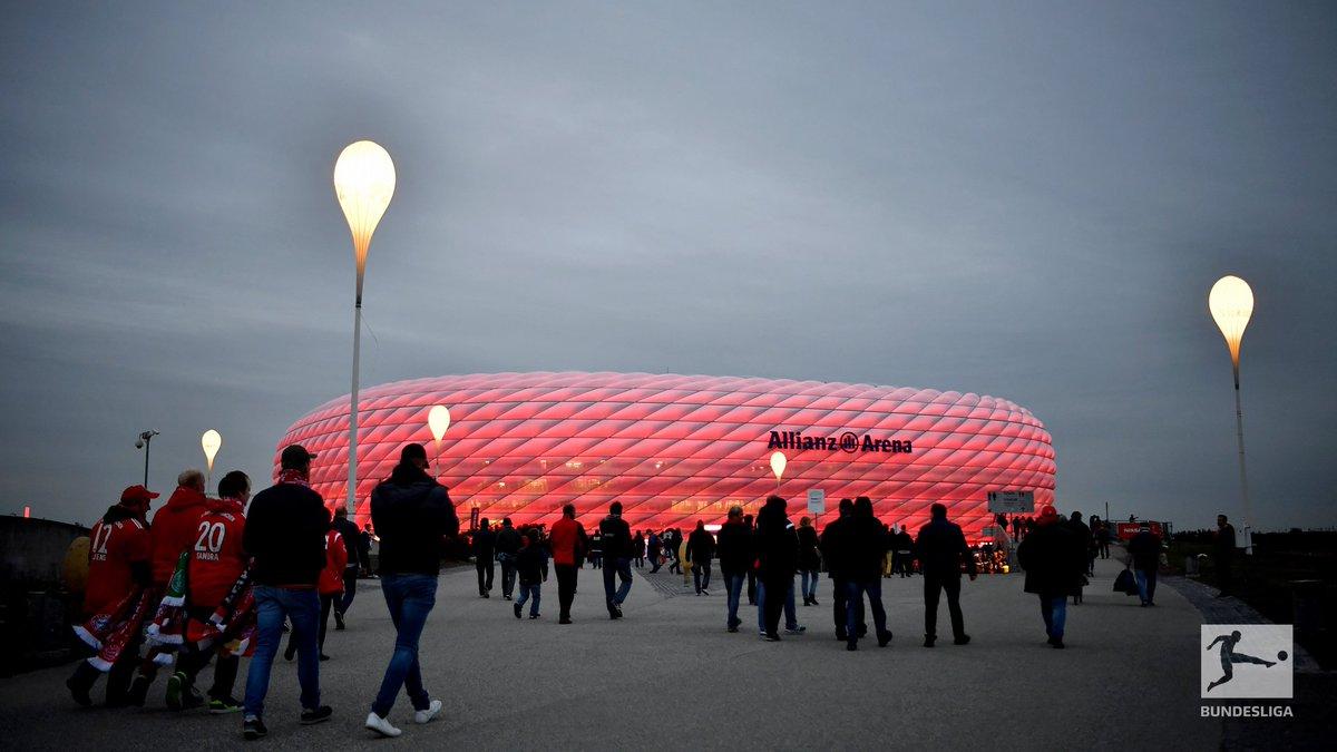 In München füllt sich die #AllianzArena - in 30 Minuten empfängt der @FCBayern hier Ajax Amsterdam! 🔥⚽️ #FCBAJA #UCL