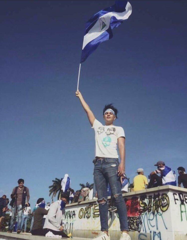 Su crimen fue alzar esa bandera. #SOSNicaragua