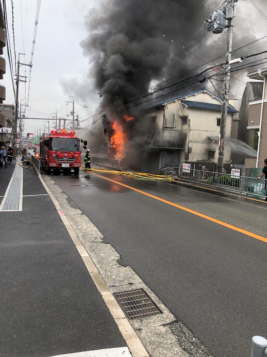 池田市神田で建物が燃えている火災現場の画像