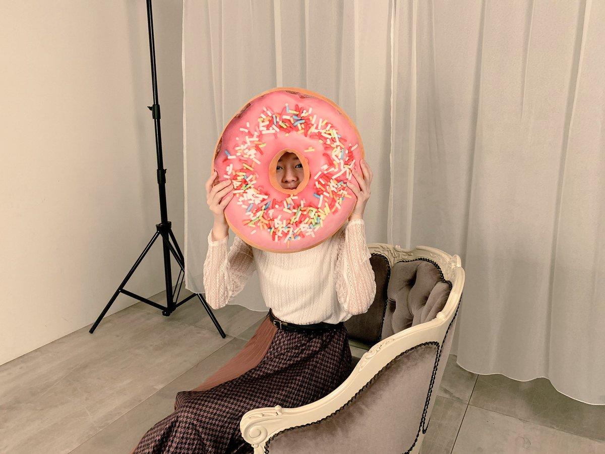 ドーナツから顔を出す桜田ひより