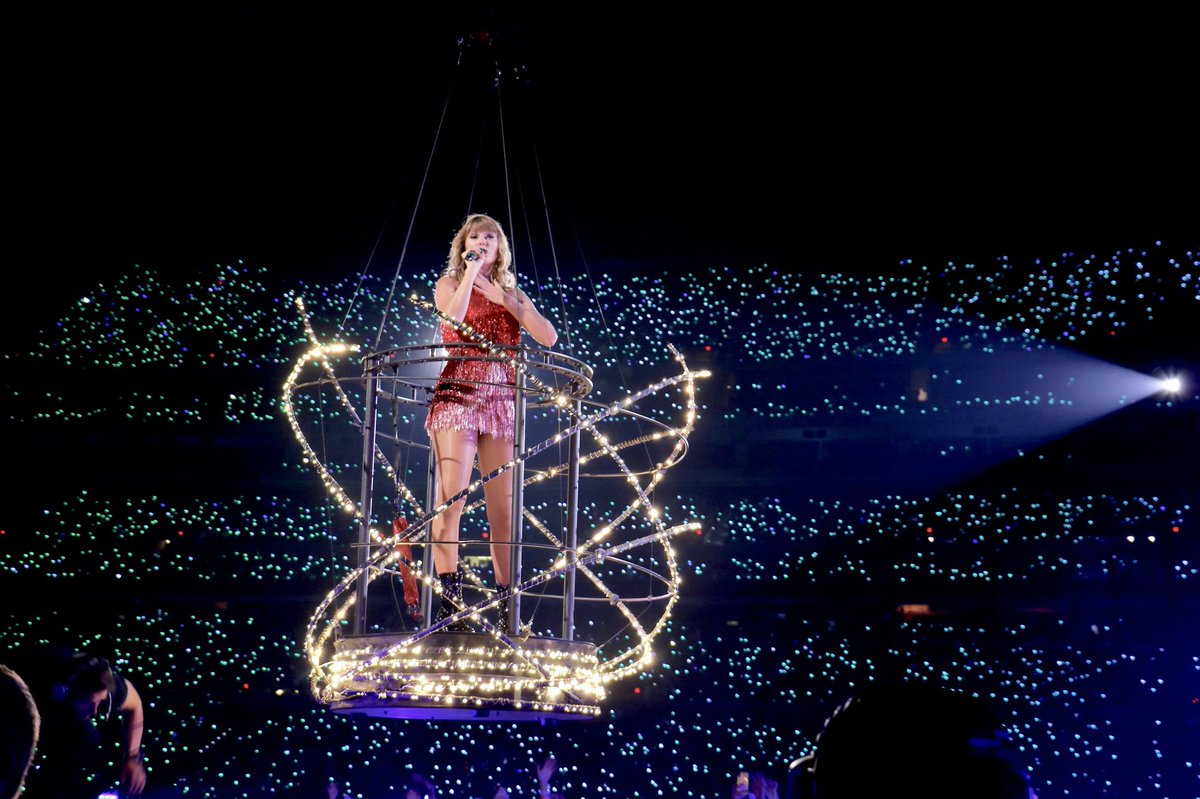 RETWEET to vote #TaylorSwift for #PCAs #TheFemaleArtist and be sure to tweet using the hashtags!   🚨 CHALLENGE: can we get 8K retweets?! We'll follow 30 people if we can hit 8K 🚨