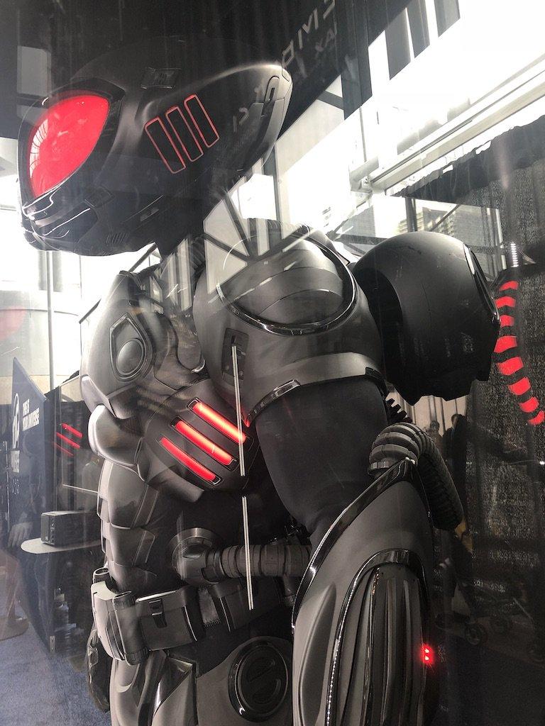 【DCEU相關】紐約動漫展讓你近距離觀看水行俠死敵「黑蝠鱝」道具服裝