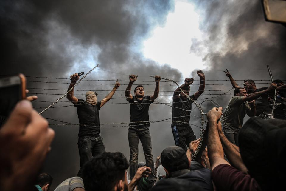Photo: rioters removing parts of barbed wire in Eastern Gaza Strip. Photograph by Ali Jadallah