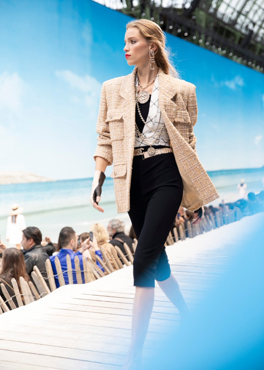 The suit of the #CHANELSpringSummer 2019 takes on new volumes: jackets have wide shoulders responding to black leggings or strapless cycling shorts. #CHANELByTheSea #PFW