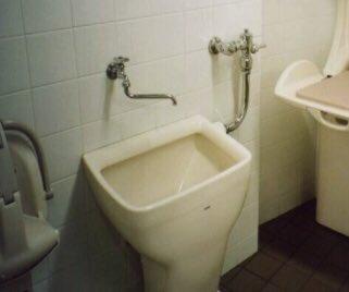 長期間逃亡してた犯人が利用したと思われる道の駅のトイレにあったオストメイト用汚物流しを指して 「こちらのトイレには洗濯できる場所があります」 とか言っちゃうフジテレビ。 ダメダメだな、ったく…。 少しでも理解が広まりますように!