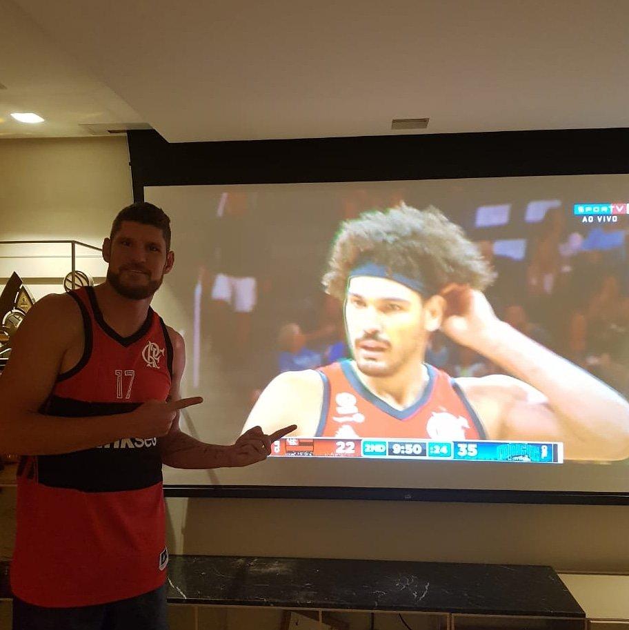 Torcendo pelo meu amigo e conterrâneo @andersonvarejao18 - com a camisa que ganhei de presente - e pelo @flamengo contra o @orlandomagic nesse jogo pela pré-temporada da NBA! @nba @sportv @mundoespn @espn @NBABrasil https://t.co/PmY7tKk6Cr