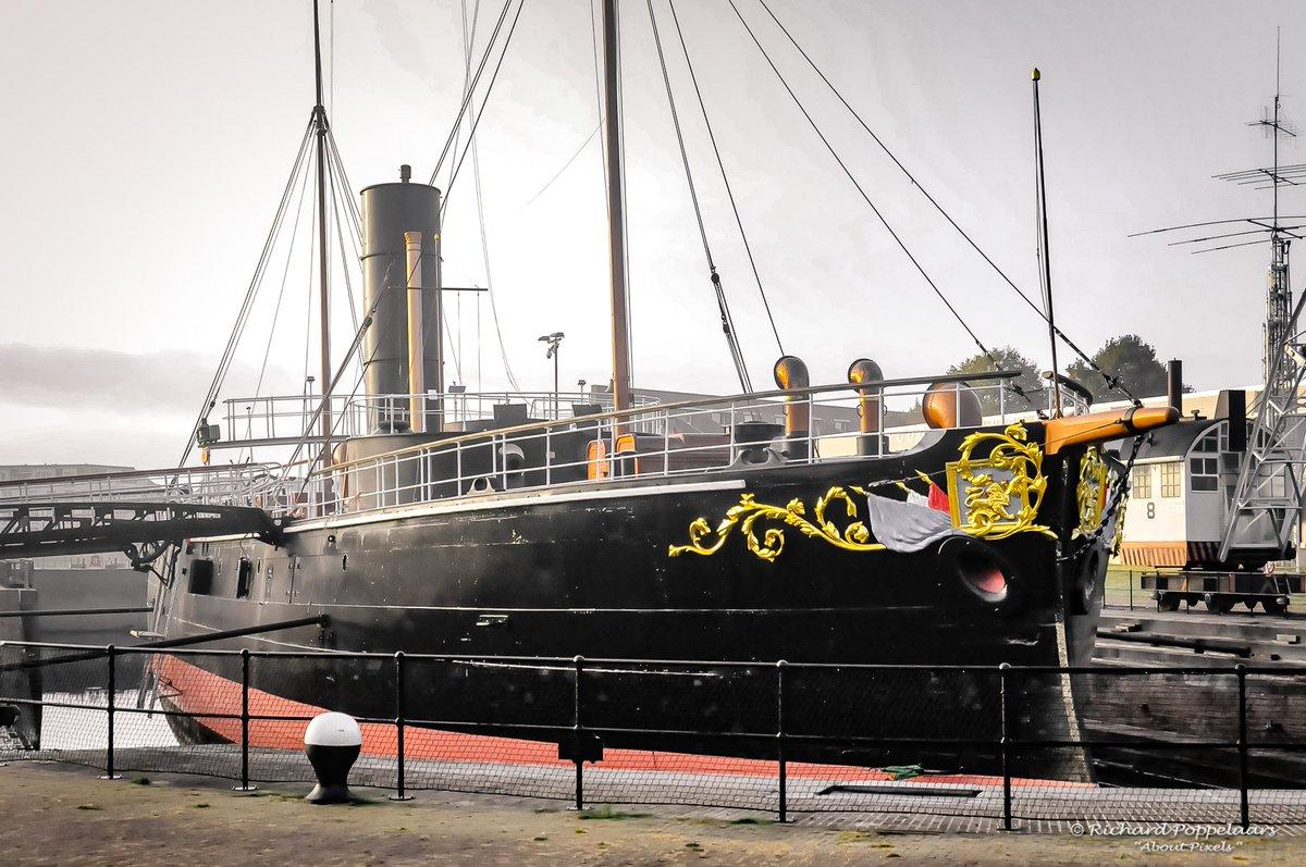 """Vandaag @OpVoornePutten - Ramtorenschip Buffel bestaat vandaag 150 jaar! #Hellevoetsluis mag de trotse thuishaven zijn sinds op 6 oktober 2013. Vier het mee vandaag met het """"Lichtjesparade"""" evenement. Het is maritieme geschiedenis van de hoogste plank!"""