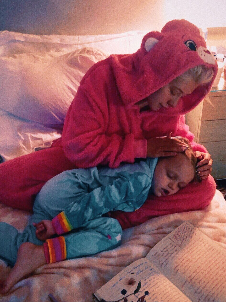 Snuggle time after show in onsies... nothing better��‍�� https://t.co/EyUaDg2thJ