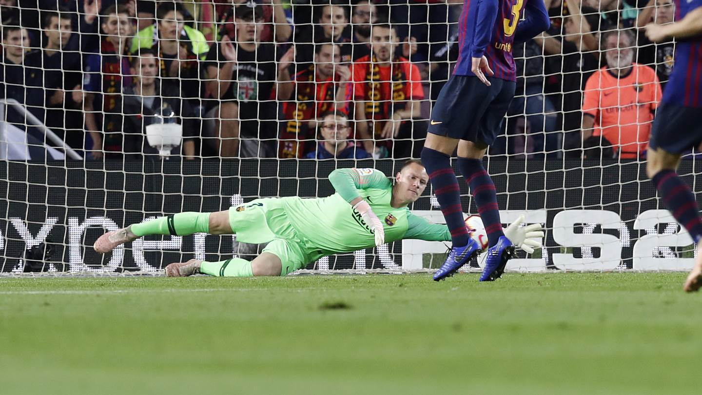 ���� 60: Double save from @mterstegen1!!!!!  �� Unbelieveable!  #BarçaSevilla https://t.co/0ayU6P6PQD