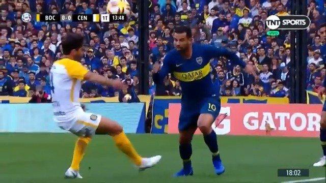 #TNTSports | Bettini fue a presionar a Cardona y el colombiano lo hizo pasar de largo.   #Boca �� #RosarioCentral https://t.co/OWDGHjOKFM