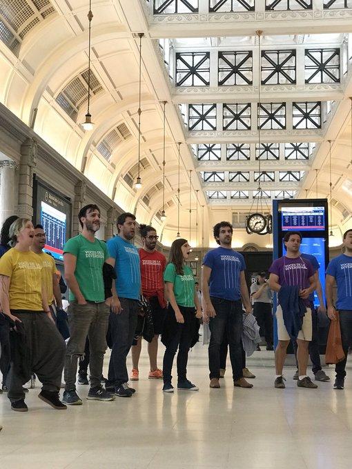 Flashmob en la @estacionretiro. El @CoNaJoArg sorprendió a la gente con una increíble performance recordando el día de la #diversidadcultural mientras esperaba en tren 🚆. Un regreso a casa diferente 👇🏻 Foto
