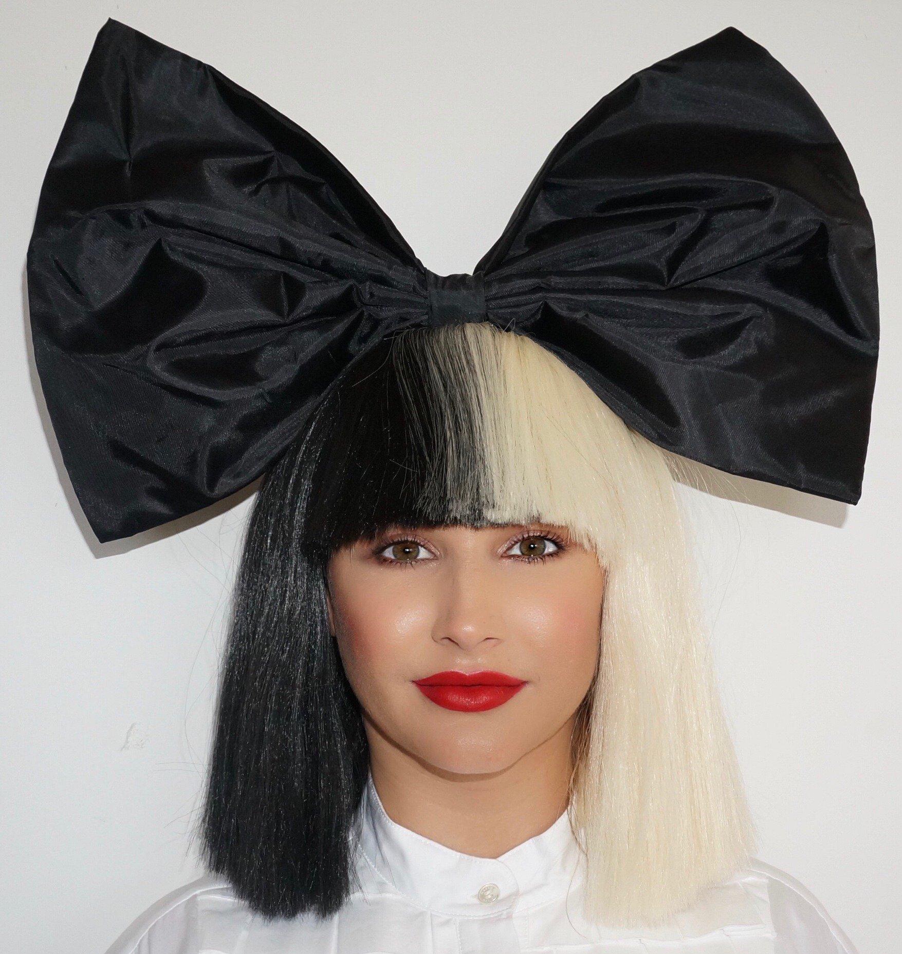Don't be caught �� without your Sia wig this Halloween https://t.co/bIWfHKddod - Team Sia https://t.co/jGV2buMLDr