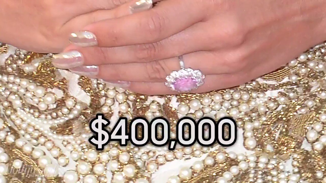 A closer look at @LadyGaga's $400,000 engagement ring: https://t.co/FgaayGXSnP