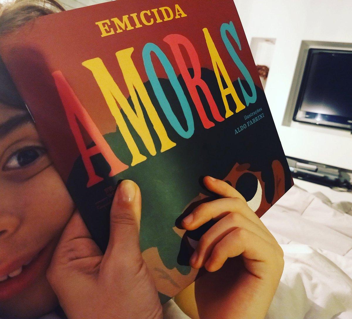 Nossa leitura de hoje foi essa lindeza de 'Amoras' do @emicida (Companhia das Letrinhas).