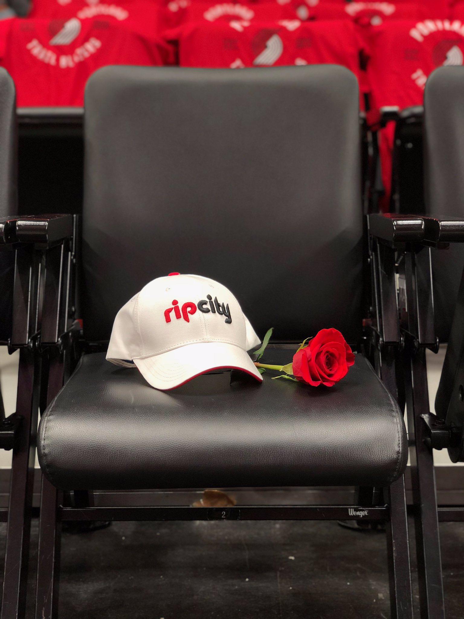 The @trailblazers will leave Paul Allen's seat open in Moda Center tonight. https://t.co/VarzKqvqMA