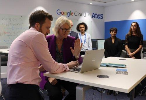 La Ministra de Industria Digital de Reino Unido inaugura el nuevo laboratorio de...
