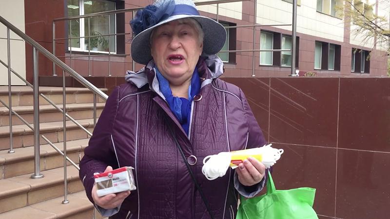 Подарочек с намеком: пенсионерка из Новосибирска принесла местному министру подарочный набор с мылом и веревкой. За 89 рублей. Именно на такую сумму поднимут прожиточный минимум в регионе  https://t.co/YXsklkO4Hu