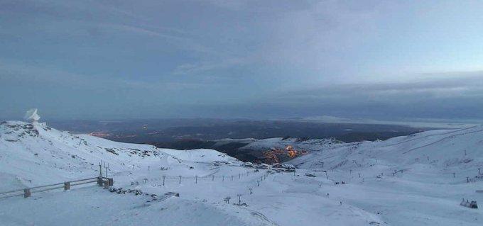 Amanecemos en #SierraNevada a  -4º y bajo el primer manto blanco de la temporada... #BuenosDias #alLio #nieve #gotafria