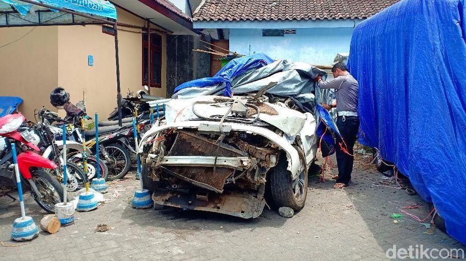 Begini Kondisi Mobil Rini Puspitawati yang Terjun ke Jurang Sarangan https://t.co/KQJrzSOJyy https://t.co/xlvhB0N6Z2