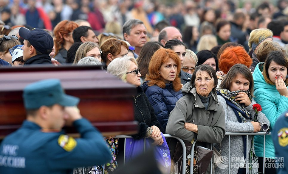 Более 20 тысяч человек пришли проститься с жертвами трагедии в Керчи  https://t.co/MV33YM0CuS