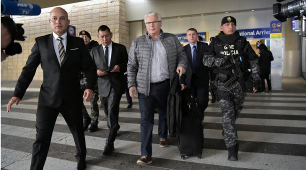 WikiLeaks' lawyer Judge Baltasar Garzón arrives in Ecuador to file case today over @julianassange's isolation and gagging. Hearing next week. Background: https://t.co/2jOgvSu5bG
