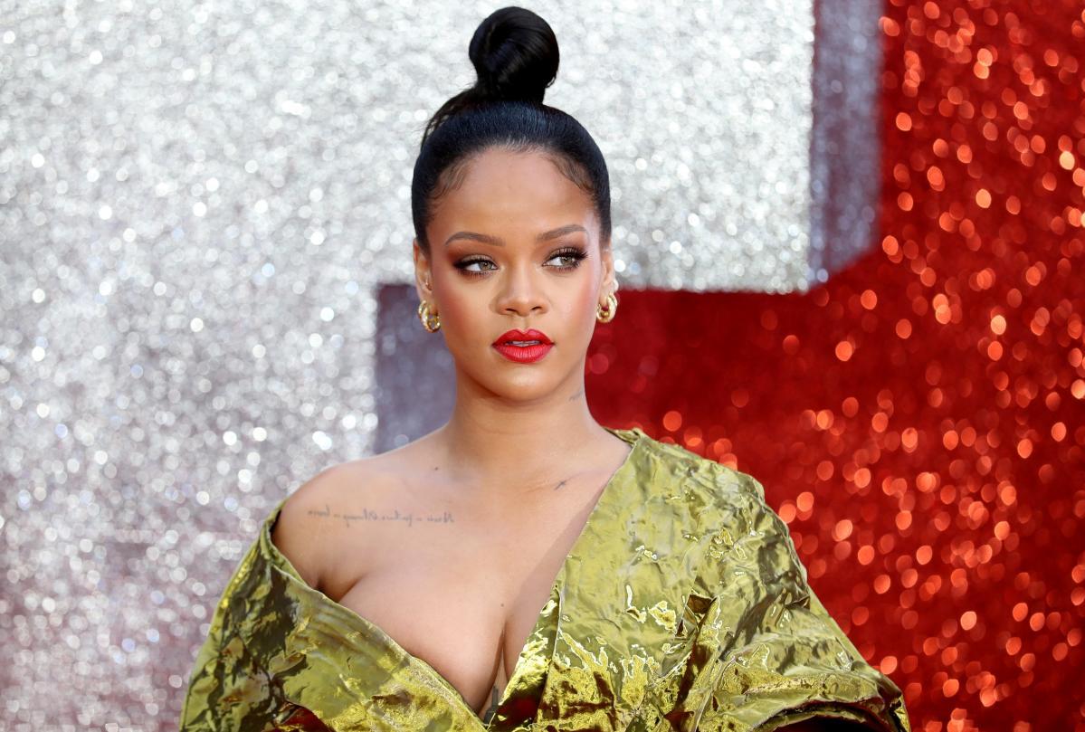 Rihanna turns down Super Bowl show, backs Kaepernick https://t.co/nFMzREjXgL
