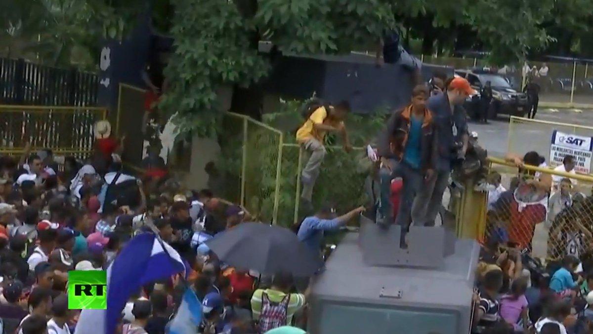 WATCH LIVE: Thousands of US-bound #migrants storm #Guatemala-#Mexico border https://t.co/bt6kuz64AZ
