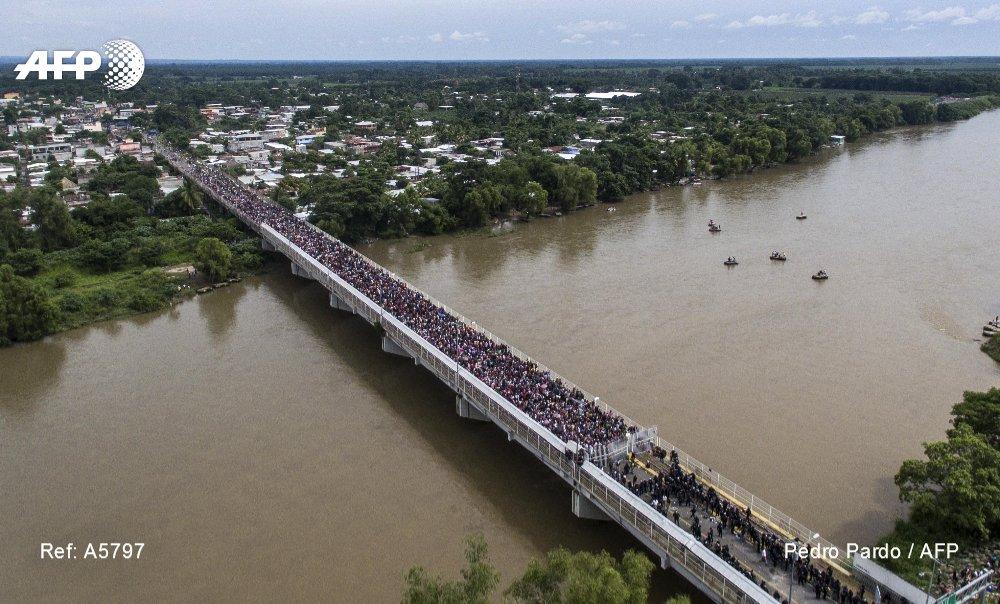 Vista aérea de la caravana de migrantes hondureños sobre el puente internacional entre Ciudad Tecún Umán y Ciudad Hidalgo en México #AFP  📸 @PPardo1