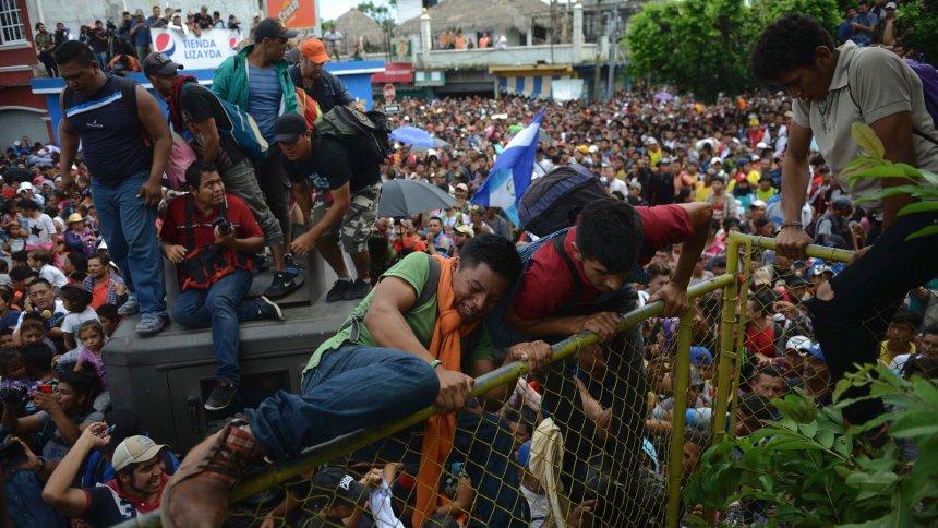Auf dem Weg in die USA: Tausende Migranten stürmen Grenze zu Mexiko https://t.co/xw5NosMFSP