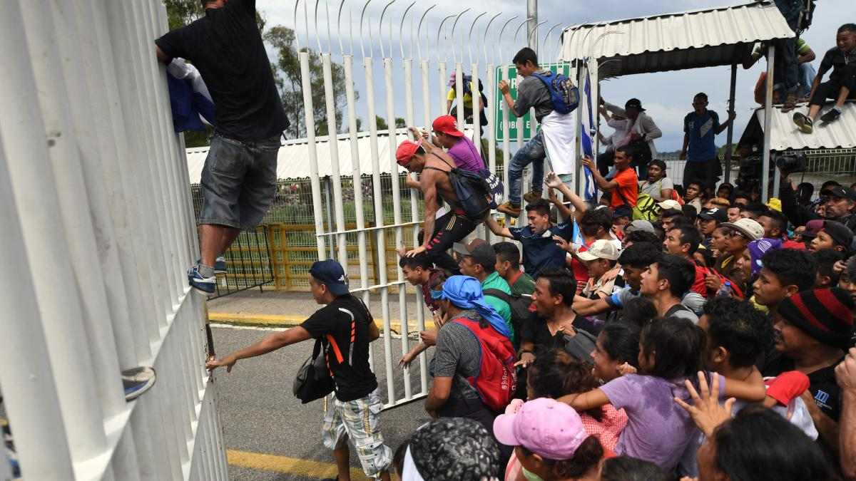 Hunderte Migranten überwinden Zaun an Grenze zu Mexiko https://t.co/Vl3yqqw3qH