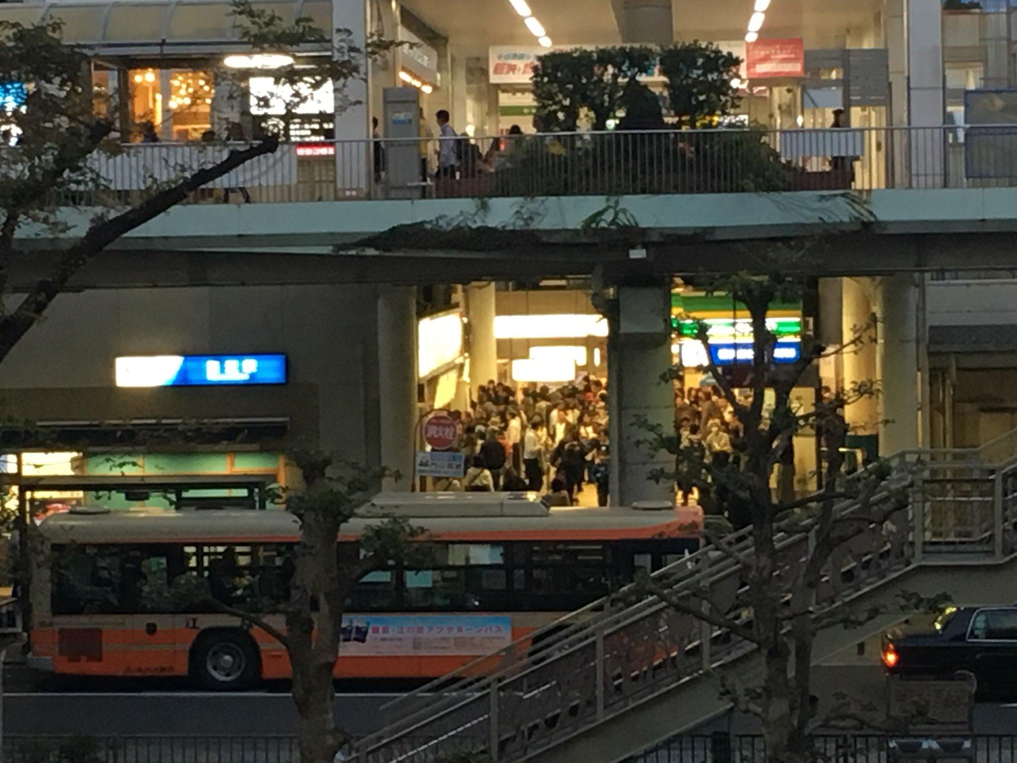 画像,藤沢駅にアリが群がってる https://t.co/2JiA1ddJ3F。