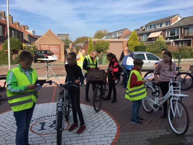 ANWB Fietsverlichtingsactie bij basisschool Pieter van der Plasschool https://t.co/1Lb1Q3SHQ2 https://t.co/WUXNMYUejM
