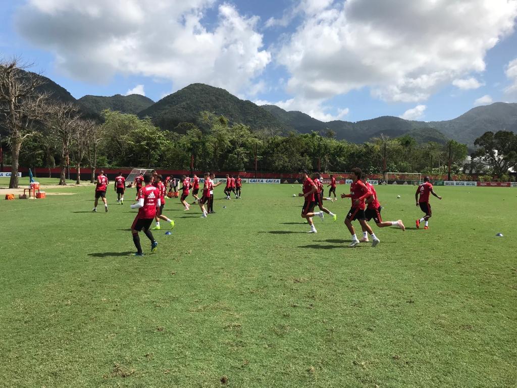 Bom dia, Nação! Atletas vão realizando trabalho de aquecimento para o último treino antes do duelo contra o Paraná. #CRF