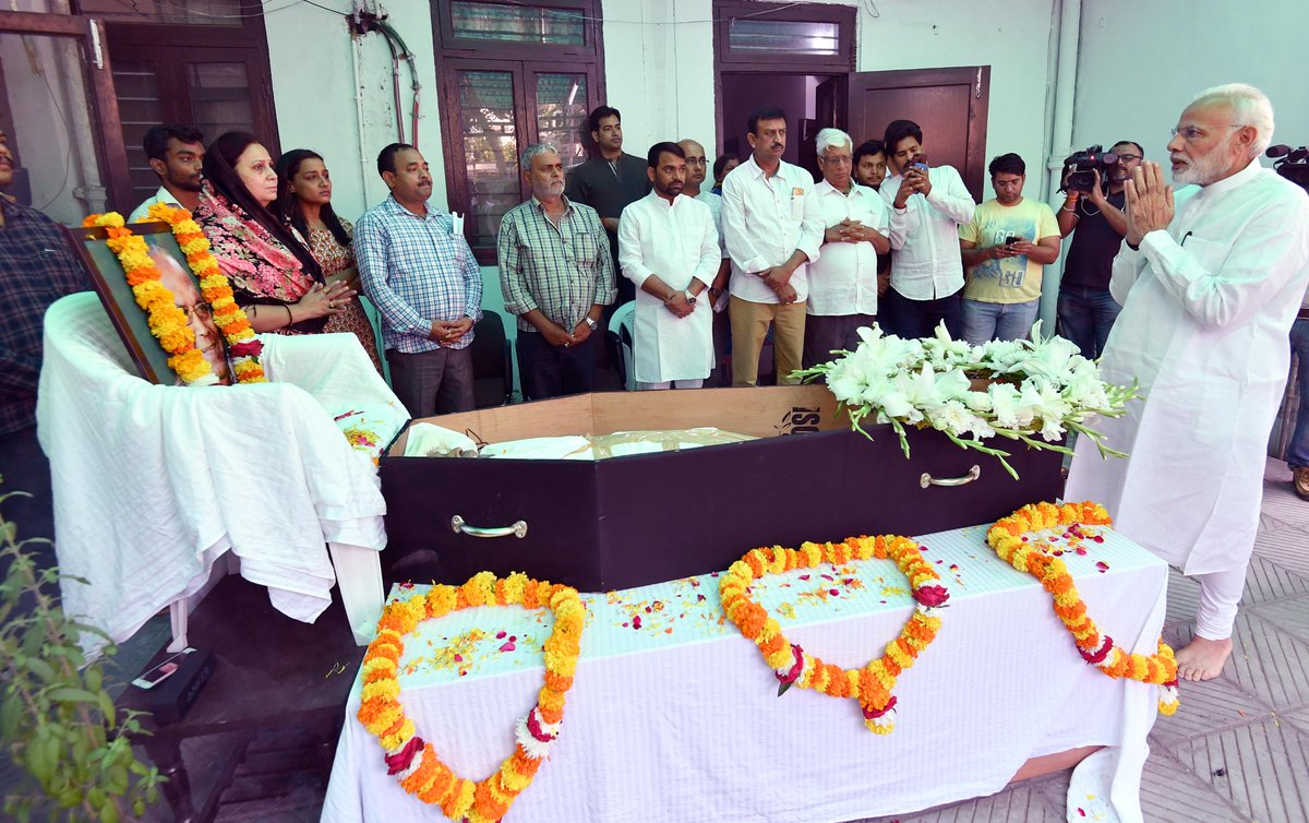 Earlier today, PM @narendramodi paid tributes to Lok Sabha MP from Begusarai, Bihar, Shri Bhola Singh Ji. He also spent time with the family and well-wishers of the late MP.