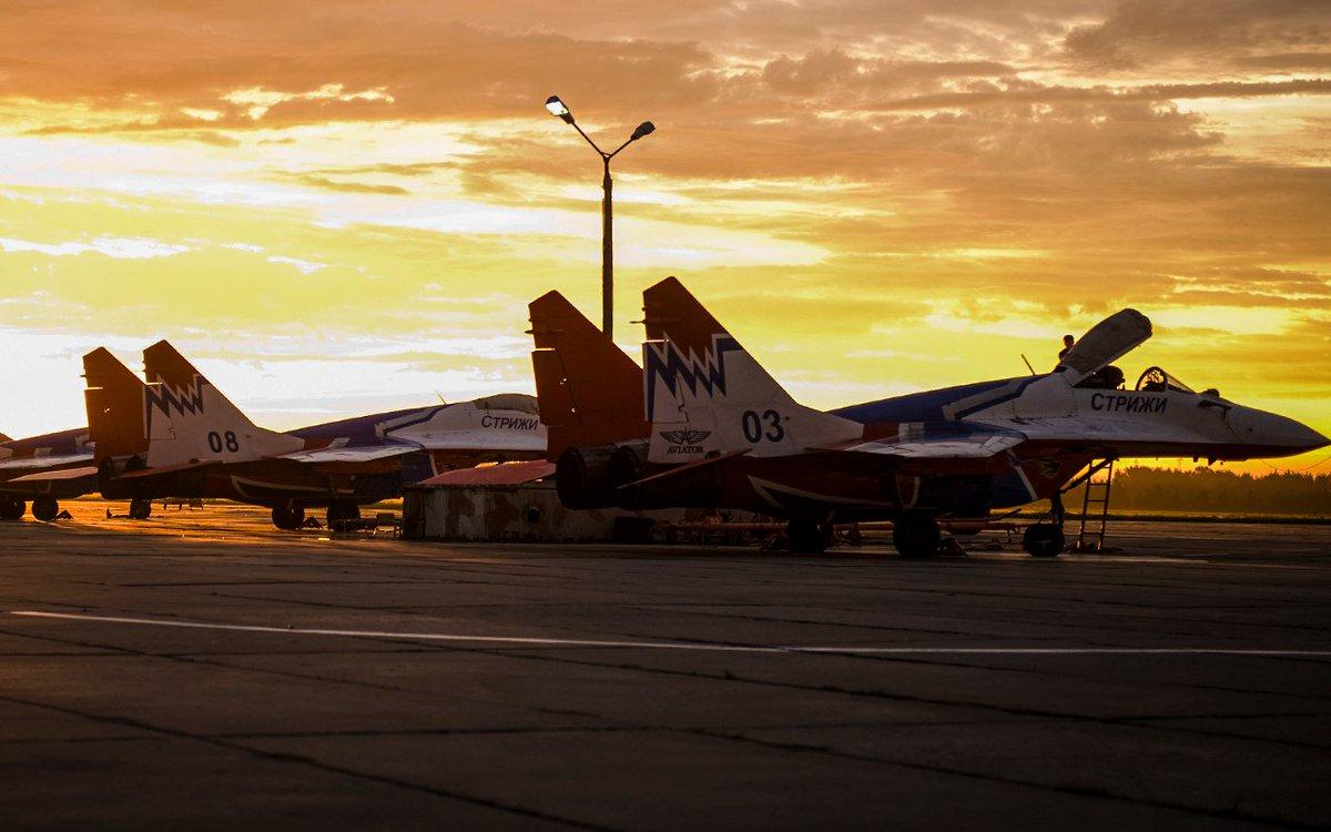 После полетов. Закат над аэродромом Кубинка.  Доброй ночи и хороших выходных!  #Минобороны #ВКС
