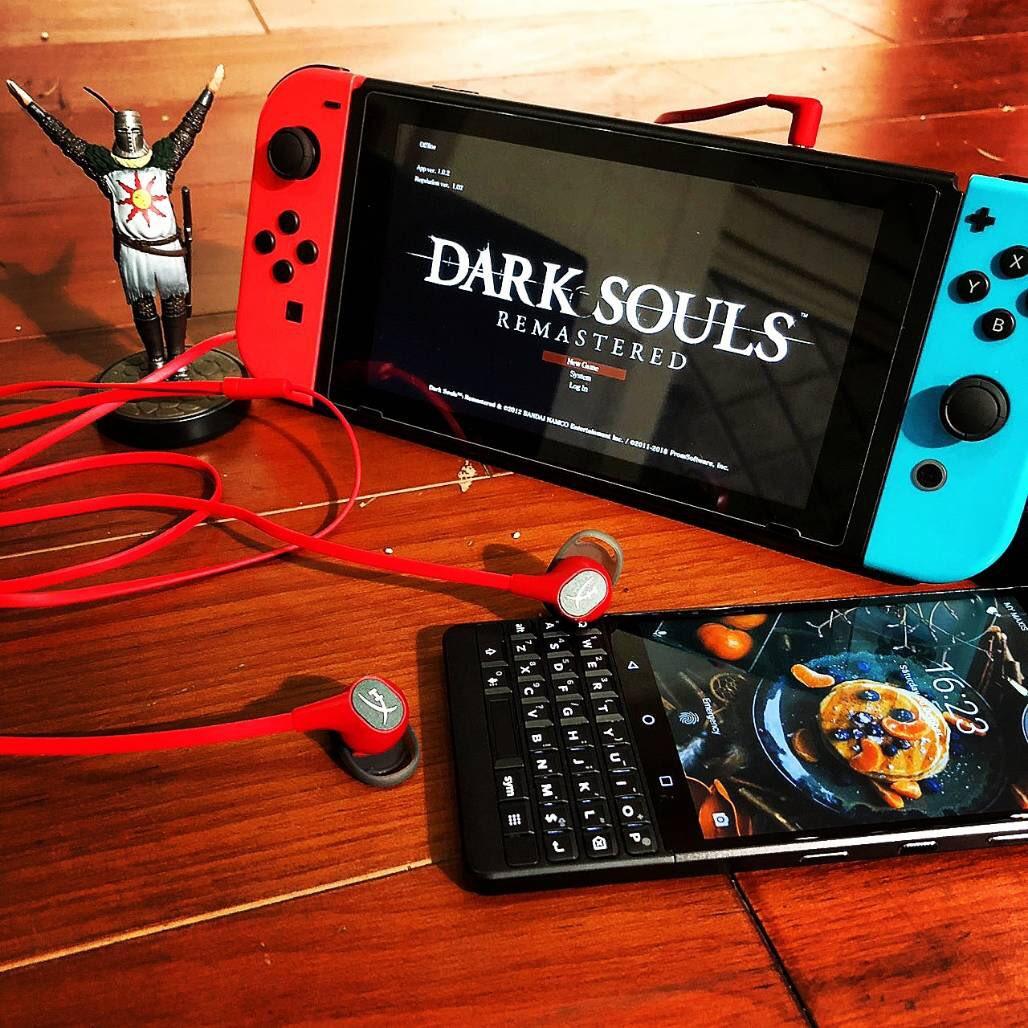 #DarkSouls Remastered on #NintendoSwitch with #KingstonHyperX #CloudEarBuds #Key2 #blackberrykey2 #ATOOnlineStore #ATOStore #MGACEpic.twitter.com/TsGI2w5Y3I