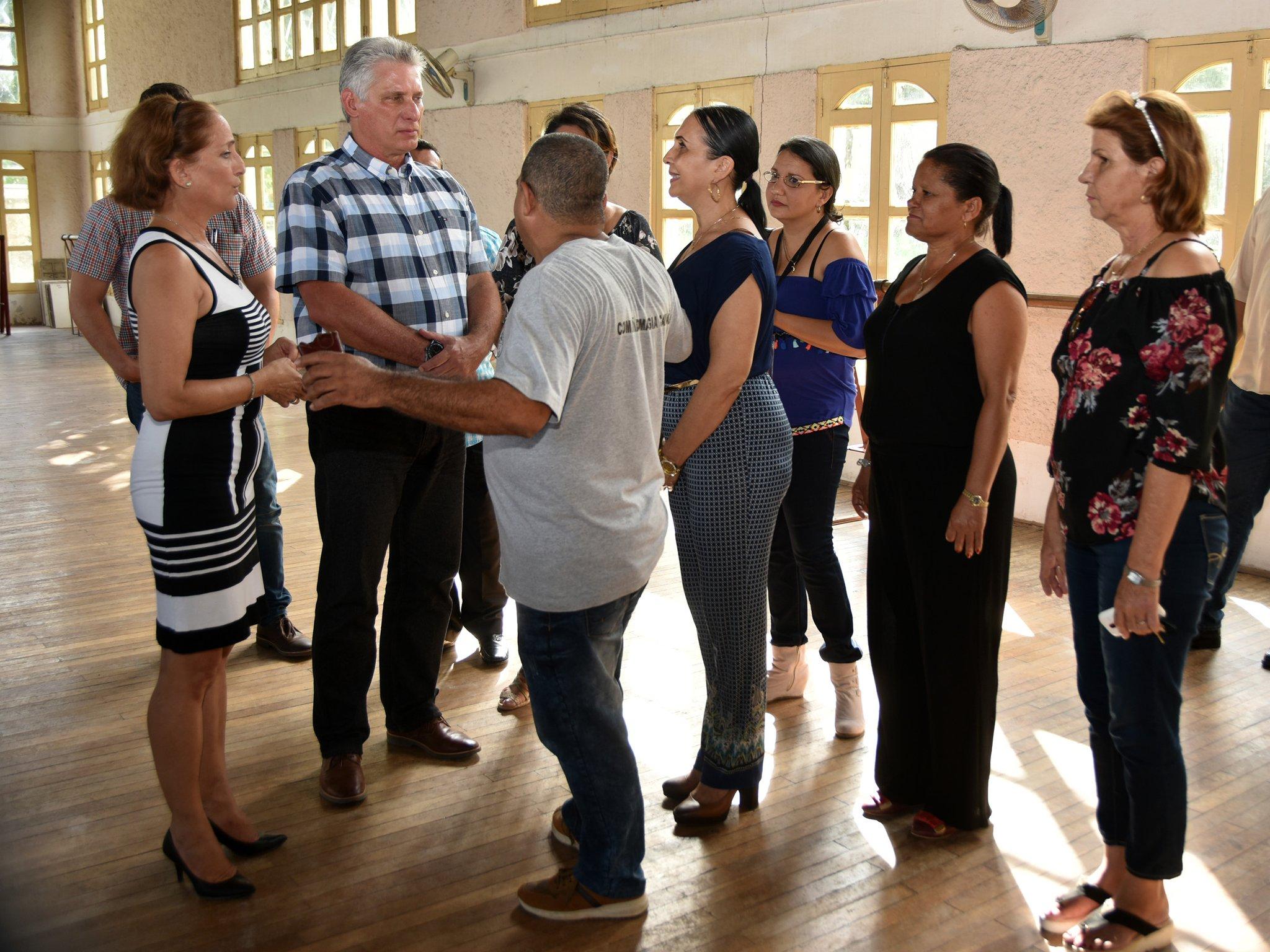 Presidente cubano felicita a los artistas por el Día de la Cultura