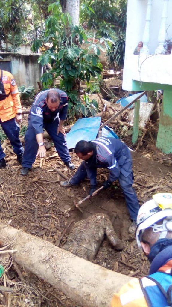 Al menos 88 viviendas afectadas, un muerto y varios derrumbes dejaron lluvias en Vargas. El fallecido es Yhon Aurelino Velásquez Rodríguez de 37 años, quien fue arrastrado por el lodo en el sector Zapateral en Carayaca. #20Oct Fotos: Vente Joven Vargas https://t.co/mHzGRBtVtY