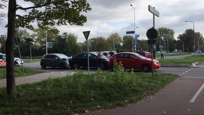 Ongeluk aan de Erasmusweg/Poeldijkseweg Den Haag. Geen gewonden wel blikschade en verkeersopstoppingen https://t.co/uTHTmyC5zW