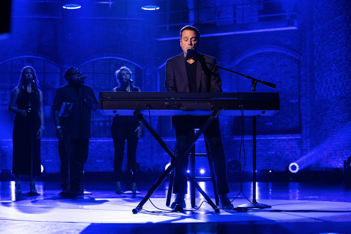 2nite on my show on https://t.co/HEb0ei4okJ @michaelwsmith brings his wonderful music and his winsome spirit to the stage.