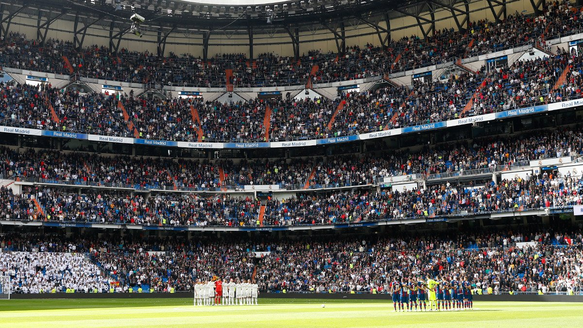 ⬛🏟 The Santiago Bernabéu held a minute's silence in memory of Serena, who scored the winner in the final as the club secured its sixth European Cup, before kick-off today. #RealMadrid
